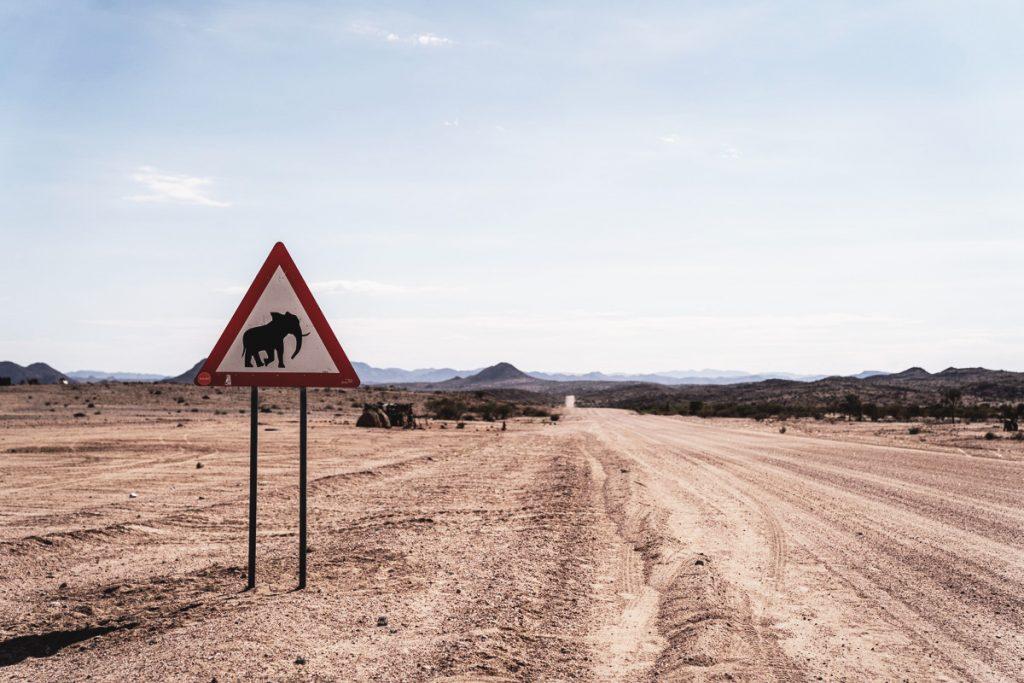 Roadtrip en Namibie et panneau de signalisation