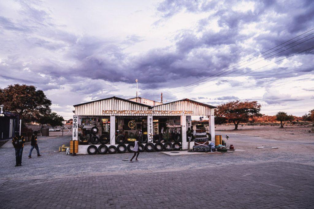 Roadtrip en Namibie - petite station essence près d'Oppi-Koppi