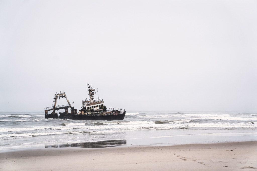 Epave d'un bateau sur la Skeleton Coast en Namibie